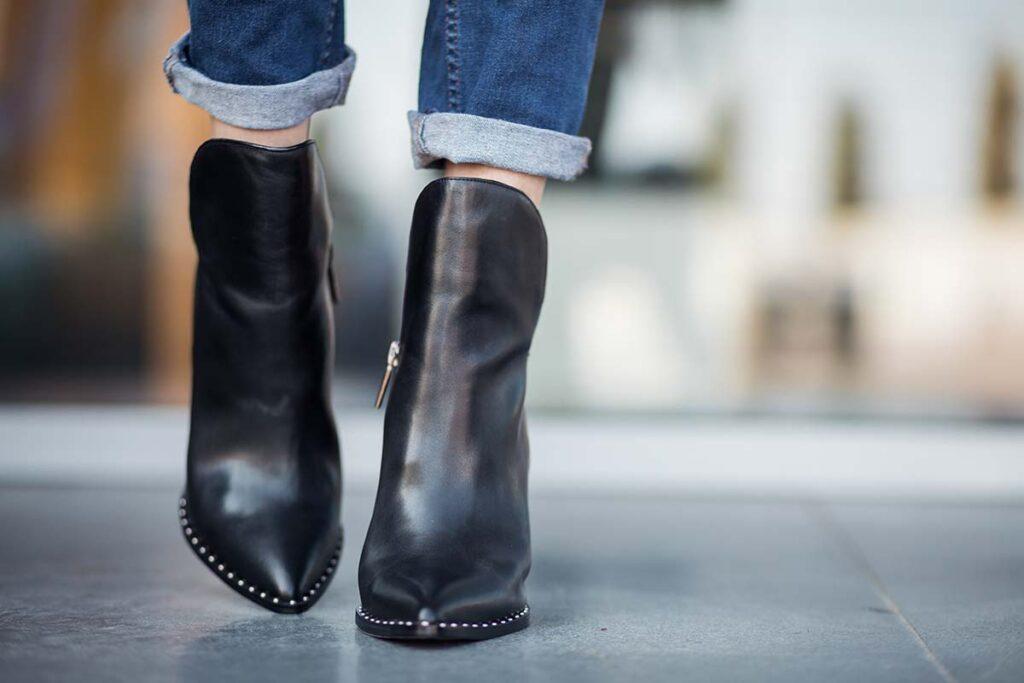 Chaussures en cuir noir très propres et brillantes