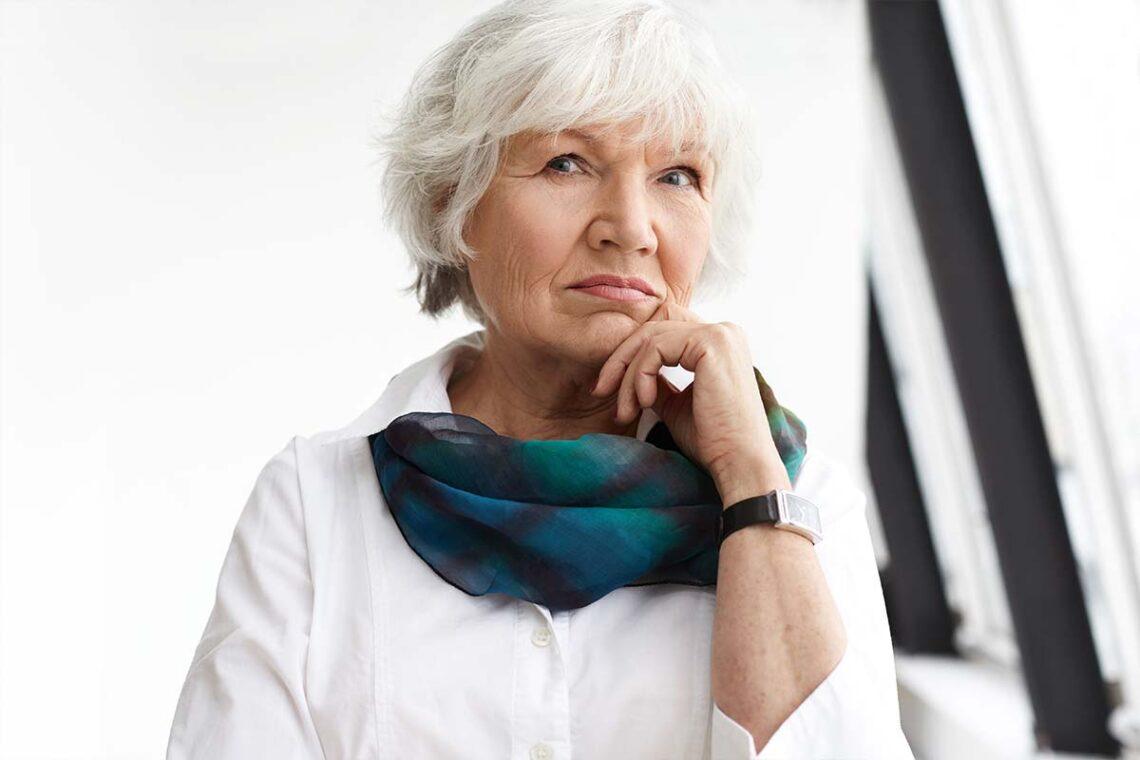 Femme de 60 ans bien coiffée avec des cheveux blancs