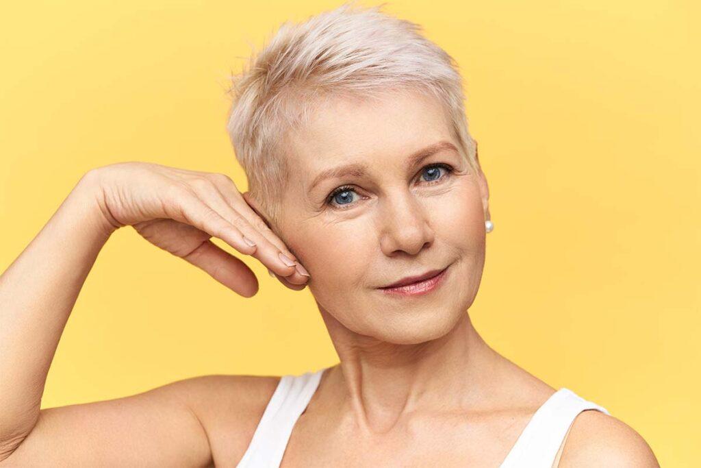 Femme de 60 ans avec des cheveux courts et blancs
