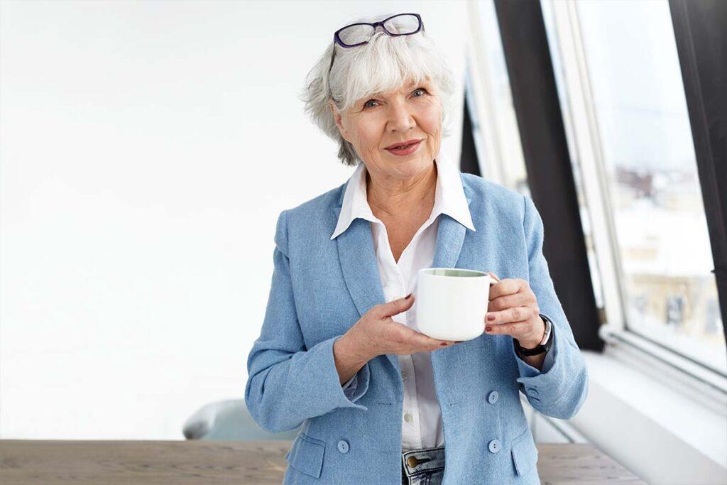 Femme épanouie de 60 ans avec une belle coupe de cheveux blancs