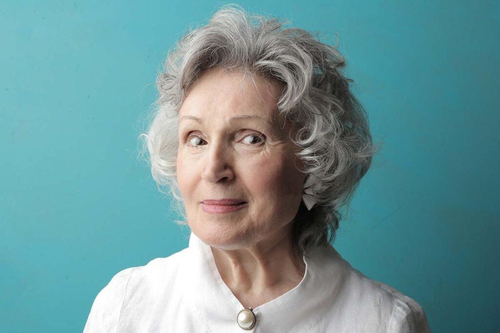 Femme âgée avec des cheveux blancs ondulés