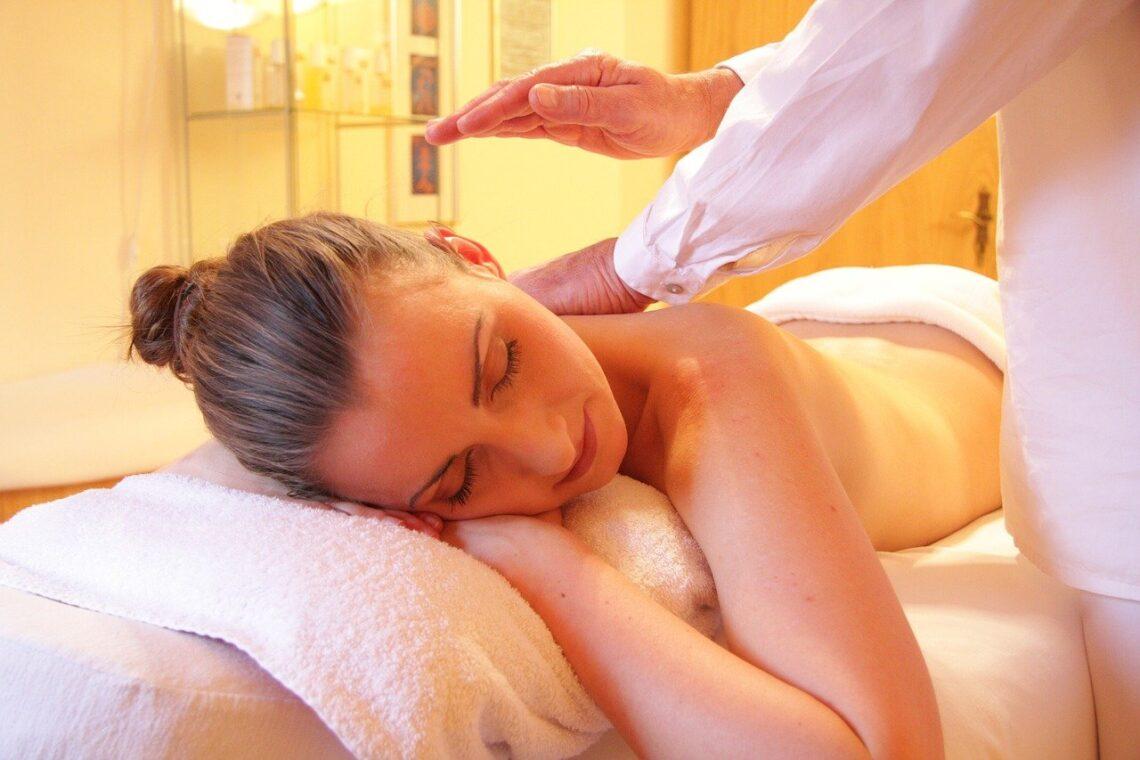 Jeune femme se fait masser par un professionnel