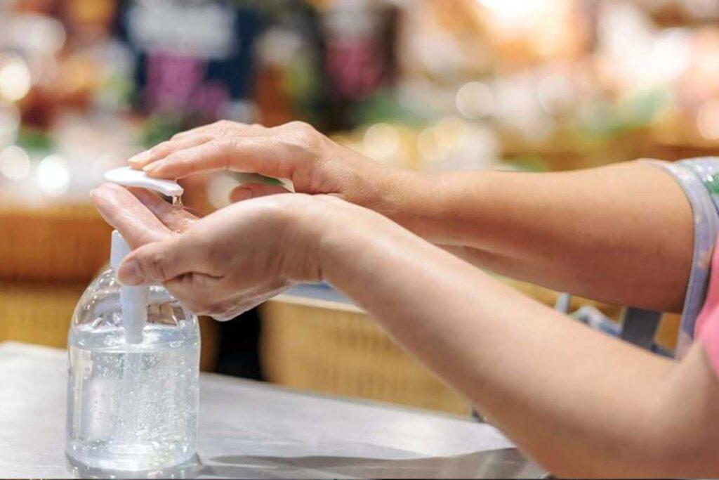 Gel hydroalcoolique dans une boutique pour lutter contre le Covid-19