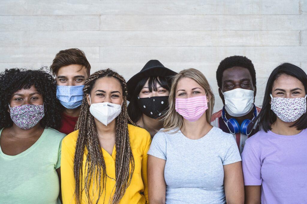 Groupe de jeunes portant le masque pour se protéger du Covid 19
