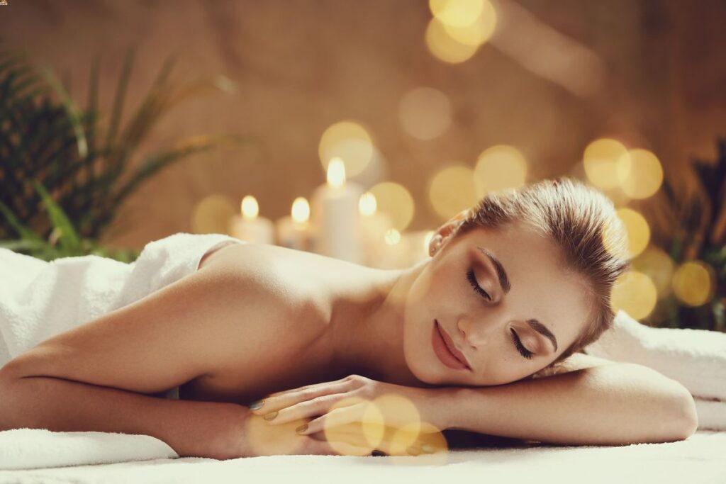 Jeune femme allongée sur une table de massage attendant de se faire masser