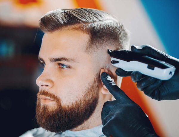 Relooking de la coiffure d'un homme aux yeux bleus