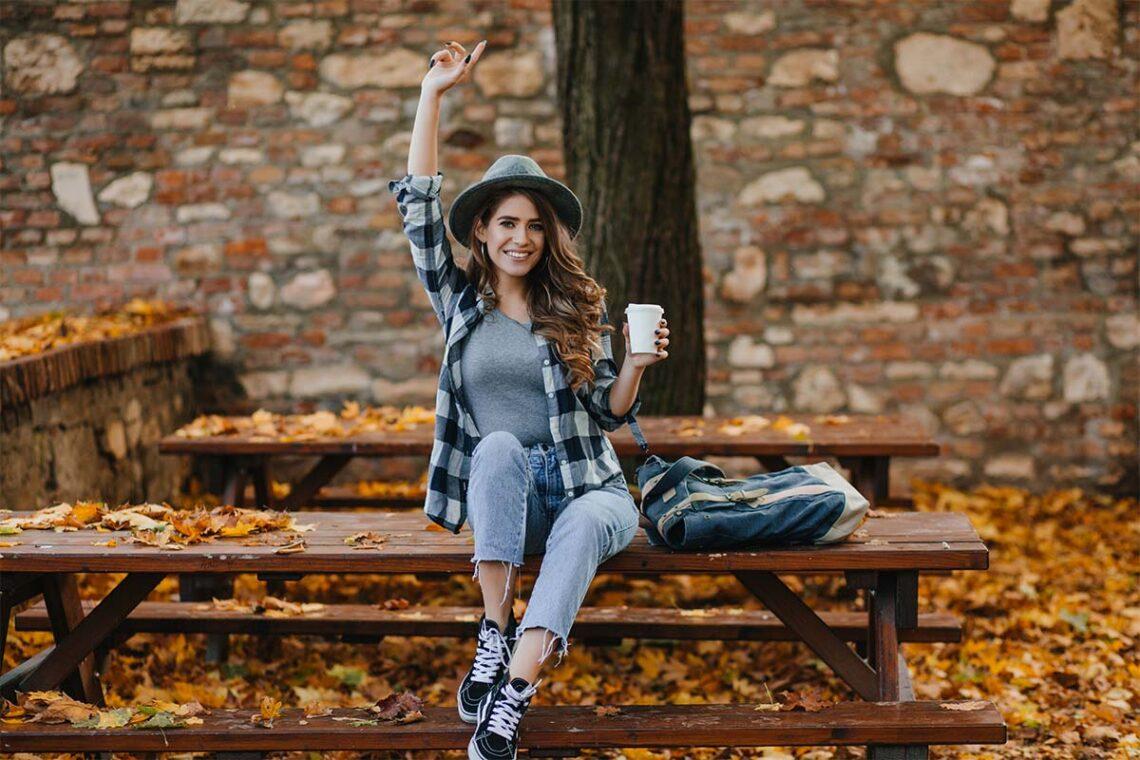 Jeune femme avec un chapeau étant heureuse et ayant confiance en elle