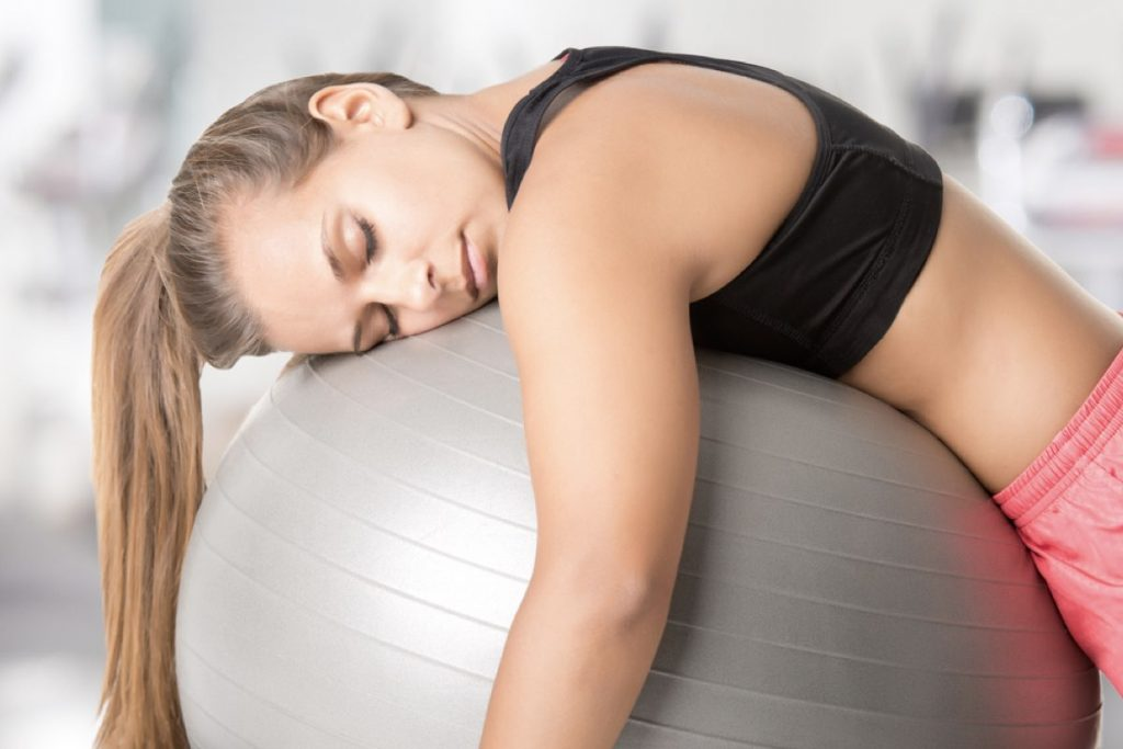 Jeune femme s'endort après avoir fait du sport