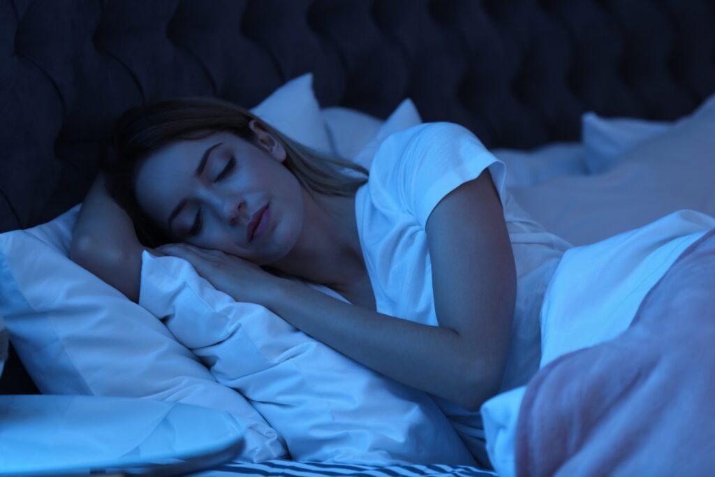 Jeune femme dort dans le noir