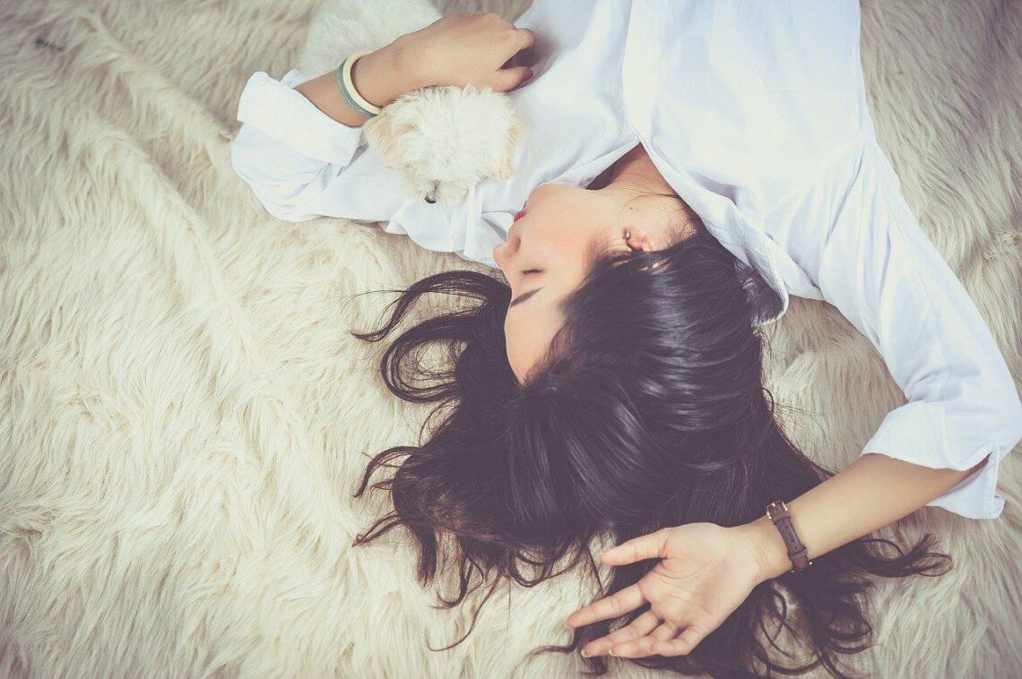 Jeune femme endormie sur un lit