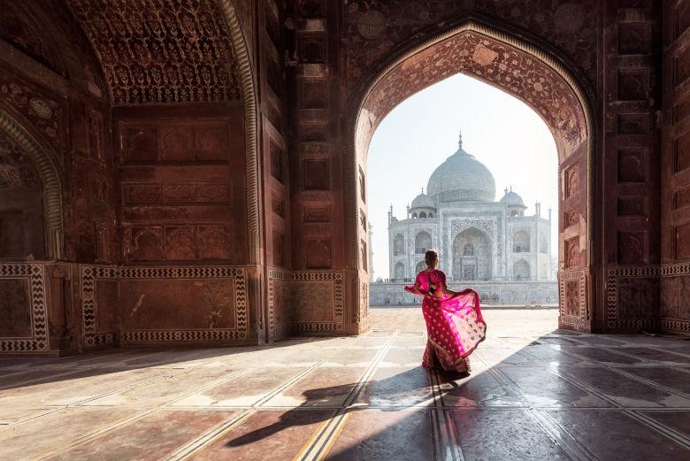 Femme indienne devant le Taj Mahal
