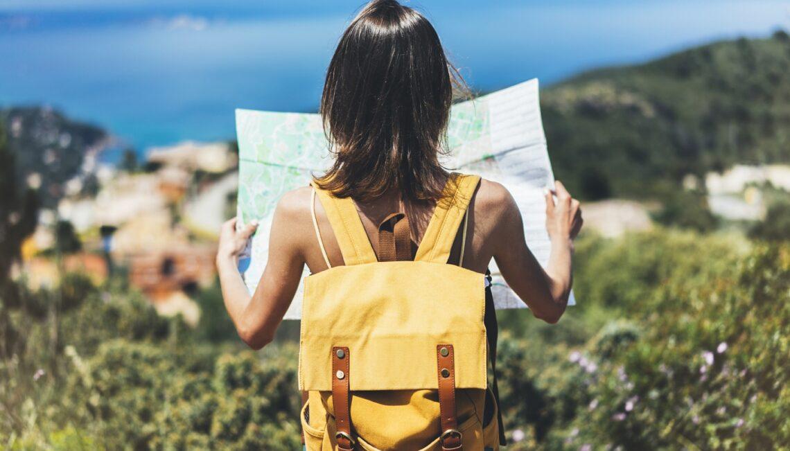Femme voyageant seule tenant une carte